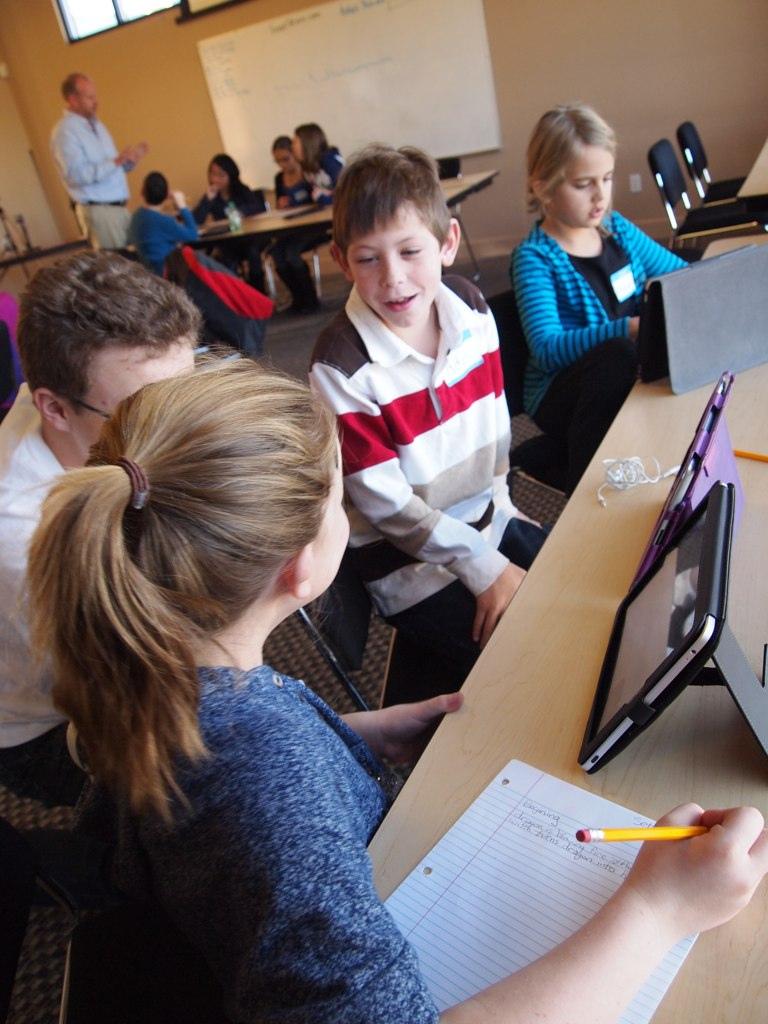 Collaboration entre élèves dans la classe inversée